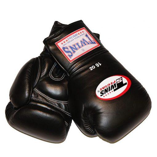 Twins bokshandschoenen BGVF zijn gemaakt van leer met een korte klittenband sluiting. De bokshandschoenen hebben een kussentje bij de handpal voor extra bescherming. Maattabel Twins Bokshandschoenen BGVF: 55 - 65 kg 12 oz 65 - 85 kg 14 oz >85 kg 16 oz
